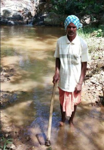 Elderly farmer dug from the mountain, canal and irrigation